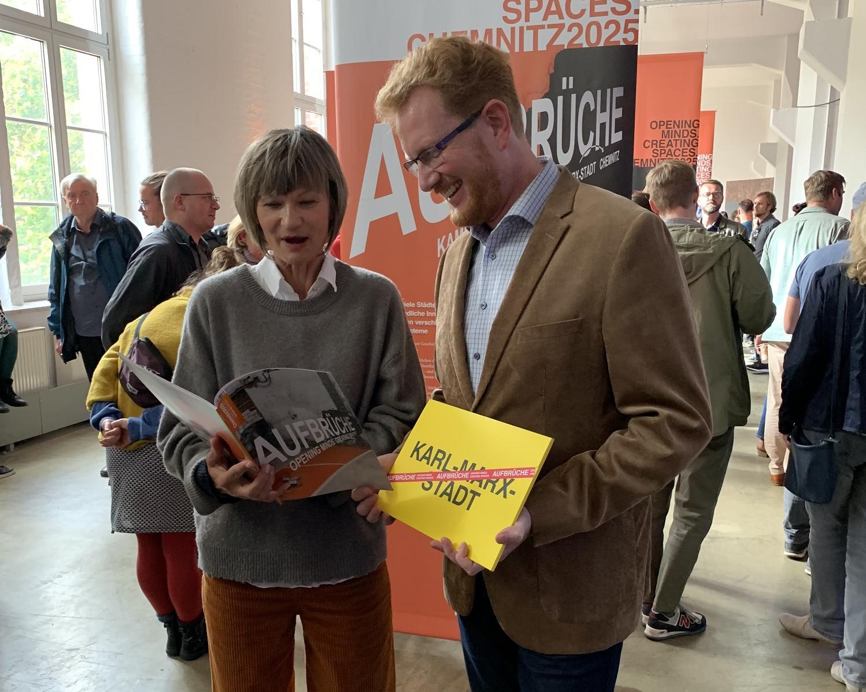 Oberbürgermeisterin Barbara Ludwig und Projektlleiter Ferenc Csák mit dem fertiggestellten Bidbook